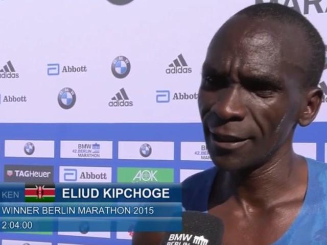 Quando Eliud Kipchoge chiuse la Berlin Marathon in 2h04' nonostante il problema con le solette